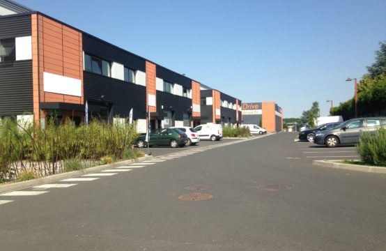 Locaux avec bureaux – 290 m²